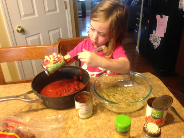 Lucy helps make Whole30 pizza sauce